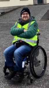Bild von Leon Amelung, der im Rollstuhl sitzt