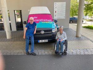 Hans-Günter Heiden und Dr. Sigrid Arnade am Mehr Barrierefreiheit Wagen